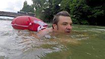 الرجل الذي يذهب إلى عمله سباحة