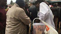 Kijana avuna watu wakipiga kura Kenya