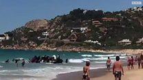 بالفيديو: مهاجرون يصلون إلى شاطئ منتجع إسباني