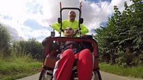 La niña con discapacidad que compite en triatlones con su padre