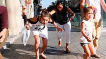 """""""Iba de izquierda a derecha atropellando a la gente"""": testimonios de las personas en el ataque a Barcelona"""