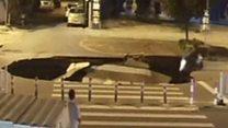 حفرة عملاقة تبلع سائق دراجة في الصين