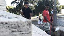 Wisdom et Oscar, deux jeunes nigérians, balayeurs à Rome