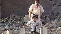 طفلة الكاراتيه السورية تتدرب بين الأنقاض