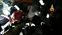 Bebê é resgatado com vida de escombros após terremoto em ilha da Itália