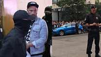 Сотни людей пришли к зданию суда поддержать Серебренникова