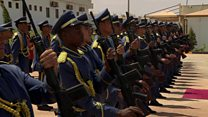 فرقة عسكرية ليبية تجد صعوبة في عزف النشيد الوطني البريطاني