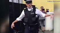 """شرطي بريطاني يرقص """"على أنغام موسيقى مهرجان نوتينغ هيل"""""""