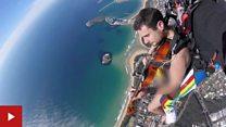 Musisi Australia terjun payung telanjang untuk tingkatkan kesadaran citra tubuh