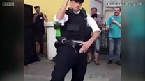 Appelle la police et cet officier te met l'ambiance