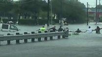 ヒューストン市民「人間の鎖」で高齢者の救出に協力