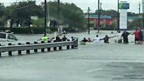 Tormenta Harvey: La cadena humana que rescató a un anciano de la inundaciones en Houston