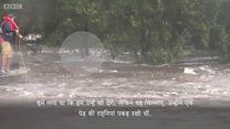 बाढ़ से बचने के लिए पेड़ की टहनियों से लटका शख्स