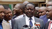 Le leader de l'opposition Raila Odinga réagit après la déclaration de la Cour