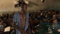 Libye: des migrants marqués comme du bétal