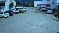 لحظة انهيار جدار في الصين وتدميره 10 سيارات