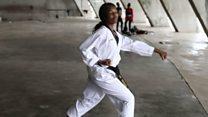 Une femme arbitre de taekwondo au Nigeria