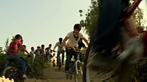 هیجان در کوچه پس کوچه های کابل؛ دوچرخه سواری نمایشی سرگرمی جدید جوانان افغان
