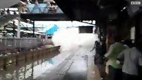 قطار في مومباي يحمل مفاجأة غير سارة للواقفين