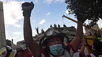 मेक्सिको में मुट्ठियां क्यों उठा रहे हैं लोग?