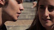 """""""Susurrantes"""", los jóvenes que sussurran poemas al oído en el centro histórico de Segovia"""