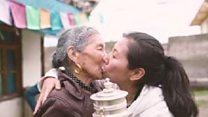 या गावात सगळे एकमेकांना किस करतात...