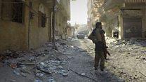 ISの心臓部だったラッカ 無人の町でBBCカメラマンの横に銃弾が