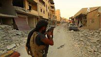 قناصة تنظيم الدولة يختبئون بين الأنقاض في الرقة