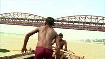 गंगा नदीमुळे 'त्यांच्या' घरात पेटते चूल