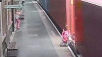 قطار شحن يهشم عربة طفل