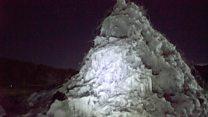 ¿Por qué hay hombres que construyen sus propios glaciares en los Himalayas?