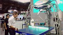 مذيع في بي بي سي يتنافس روبوت يلعب تنس الطاولة