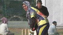 हिजाबमध्ये क्रिकेट खेळतात या काश्मिरी महिला