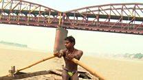 गंगा में सिक्के बटोरते युवाओं की कहानी
