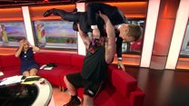 Homem mais forte do mundo usa apresentador da BBC como peso em programa ao vivo