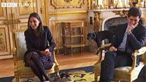 Macron'un köpeğinin şömineye işediği an