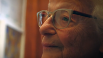 100 Women: 93 વર્ષની વયે પણ મહિલા સ્વિમિંગ કરી મેડલ જીતે છે