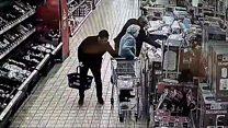 كاميرا ترصد لصا سرق عجوزا في 10 ثوان