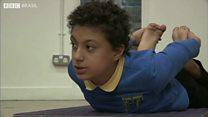 A escola britânica que está ensinando ioga a alunos com autismo para reduzir crises nervosas