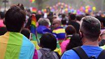 'क्वीयर प्राइड परेड' का सतरंगी नज़ारा