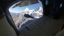 山から飛行機にジャンプ スイス・アルプスで