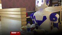 ঢাকার প্রথম রোবট রেস্টুরেন্টে খাবার পরিবেশনকারী চীনা রোবট