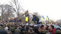 Сотни активистов защищают машину с Михаилом Саакашвили