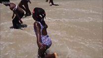 Ces enfants voient la mer pour la première fois et ils l'adorent