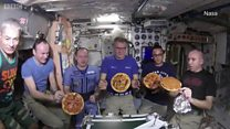 Bagaimana cara mengirim pizza ke luar angkasa?