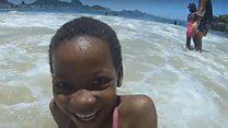 Crianças refugiadas veem mar pela primeira vez no Brasil