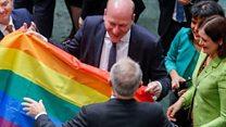 私たちは一つの声で歌う…同性婚合法化の豪議会