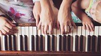जेव्हा 18 हात मिळून एकच पियानो वाजवतात!