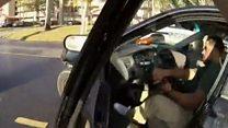 شرطي أمريكي يصور احداث لحظة سقوطه من سيارة مطاردة