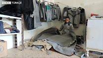 Suriyeliler yardım için dağıtılan battaniyelerden kıyafet yapıyor
